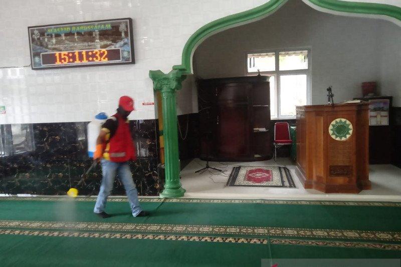 DPC Gerindra semprotkan disinfektan di Masjid Taqwa Muhammadiyah Padang cegah COVID-19