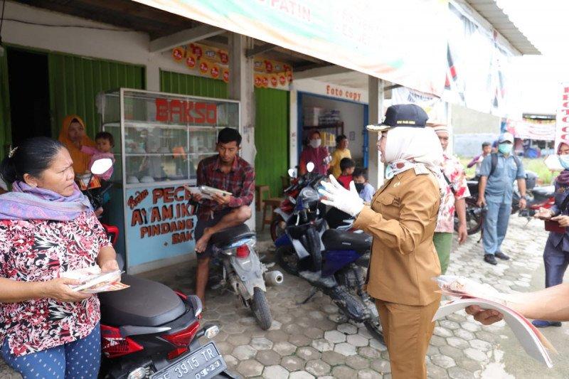 Bupati Winarti sosialisasikan bahaya COVID-19 di Pasar Putri Agung Menggala