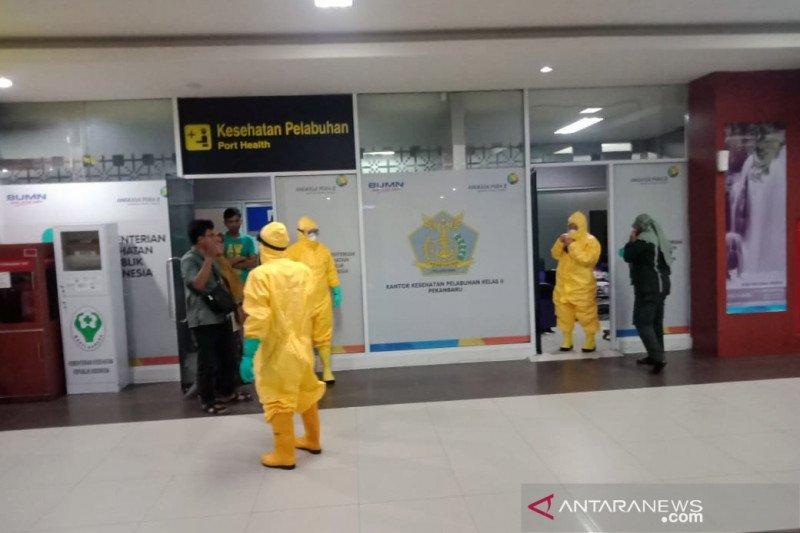 Seorang penumpang pesawat dievakuasi karena terjangkit gejala virus corona