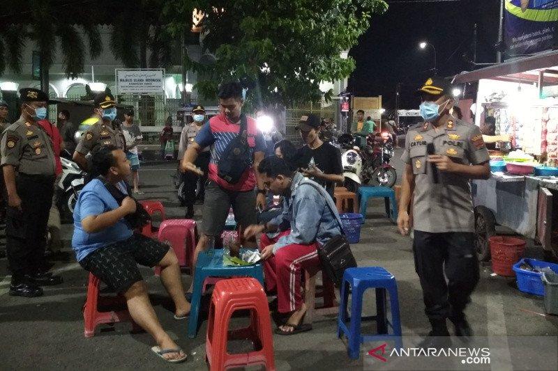 Cegah COVID-19,  kerumunan warga di Alun-alun Kudus dibubarkan