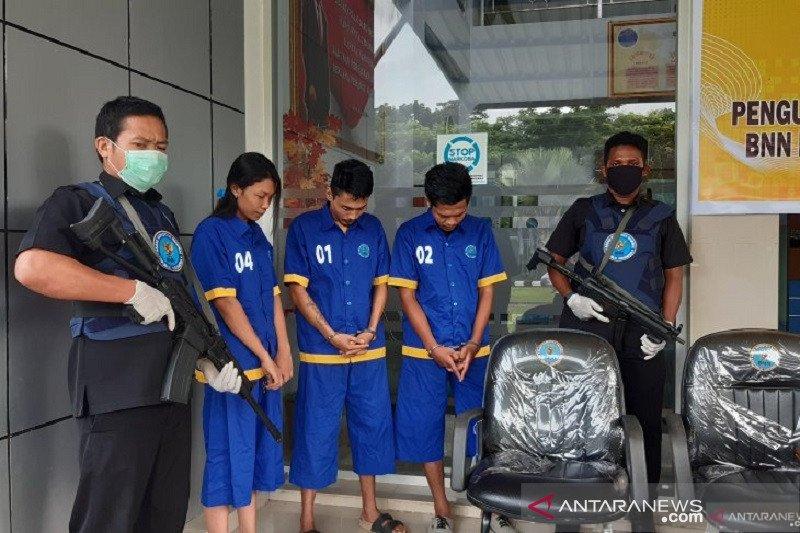 BNN Sultra ringkus tiga pengedar narkoba seberat 958,42 gram