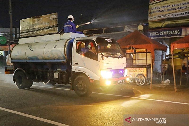 PDAM Bandung semprotkan 30.000 liter disinfektan di jalan protokol setiap malam