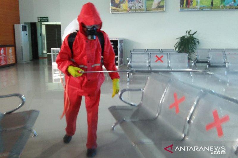 Pemkot-PMI  semprot antikuman di Bandara Palu cegah penyebaran corona