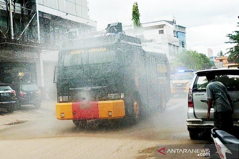 Mobil water cannon dikerahkan membantu desinfeksi massal di Sampit