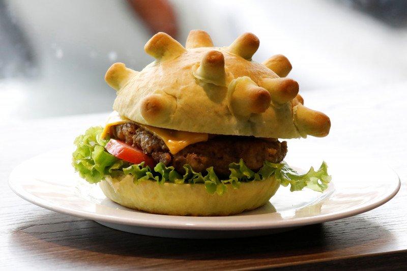 """Juru masak Hanoi sebarkan kebahagiaan dengan """"coronaburger"""""""