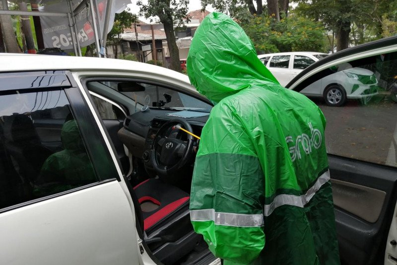 Kendaraan transportasi daring di Bandung disemprot cairan disinfektan gratis
