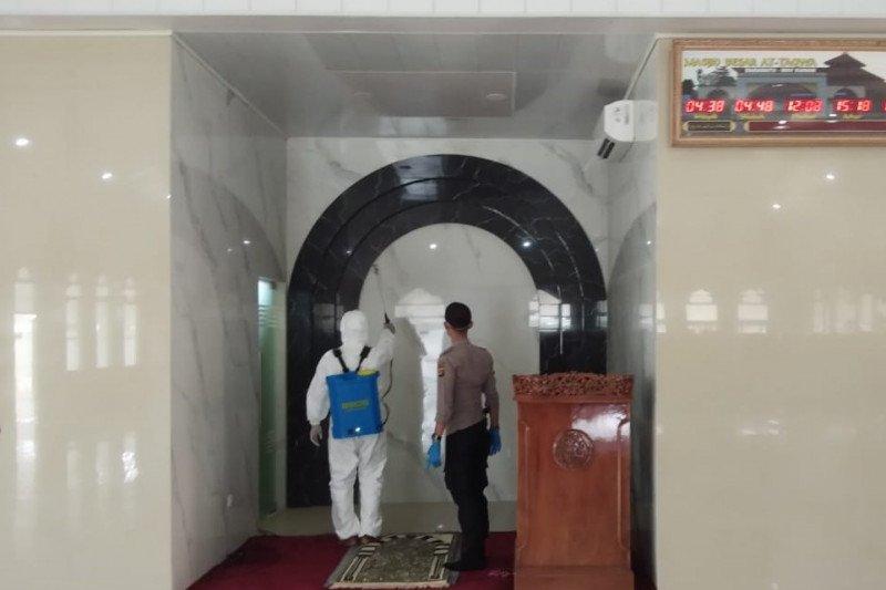 Polres Waykanan semprot diisinfektan tempat ibadah Masjid At-Taqwa Baradatu