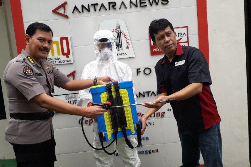 Polda Lampung serahkan alat penyemprotan disinfektan dan APD ke LKBN ANTARA