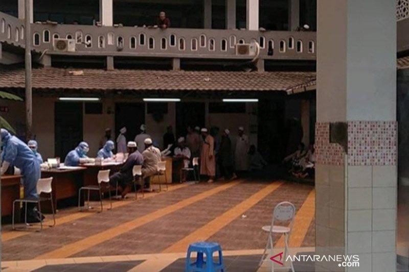 Gara-gara tiga orang terdeteksi terpapar COVID-19, sebanyak 300 jamaah masjid ini harus diisolasi