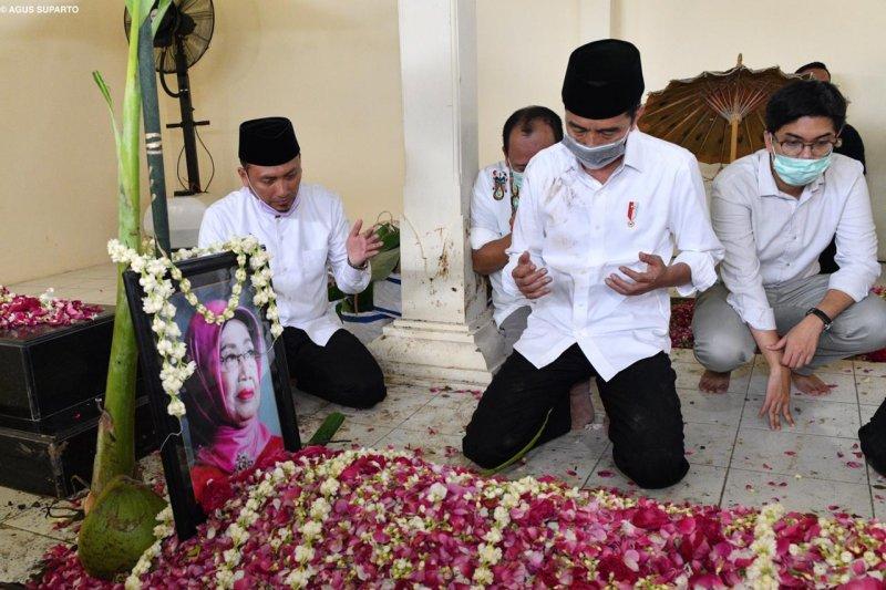 "Presiden Jokowi jalani tradisi ""brobosan"" saat prosesi pemakaman"