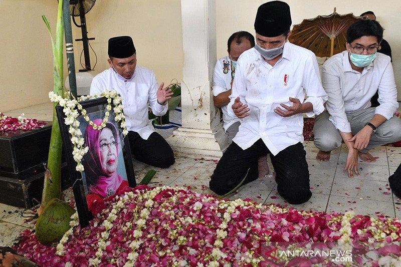 Prosesi pemakaman Ibunda, Presiden Jokowi lakukan tradisi 'brobosan'