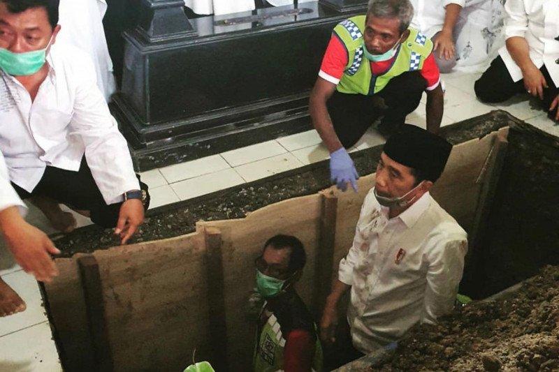 Presiden Jokowi ikut kuburkan jenazah ibundanya