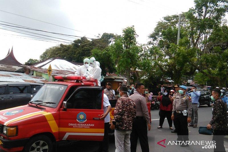 Keluarga pasien positif COVID-19 di Bukittinggi dijemput untuk isolasi