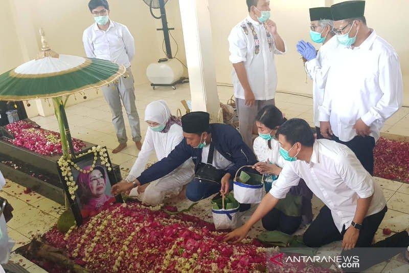 Pelayat sesaki pusara almarhumah Sudjiatmi usai Presiden Jokowi pulang
