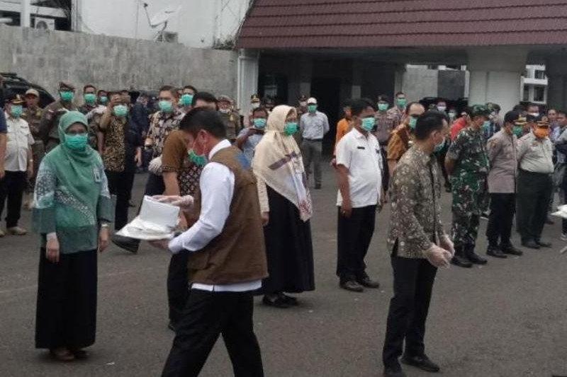 Gubernur Sumsel serahkan APD untuk  tenaga medis