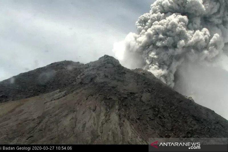 Gunung Merapi erupsi keluarkan awan panas, akibatkan hujan abu bercampur pasir