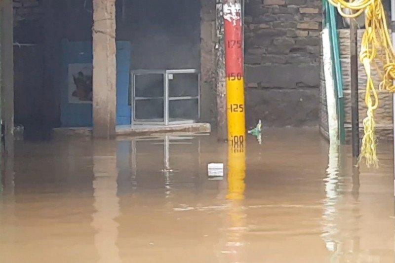 Jakarta banjir lagi,  Kali Ciliwung meluap merendam Kebon Pala hingga satu meter