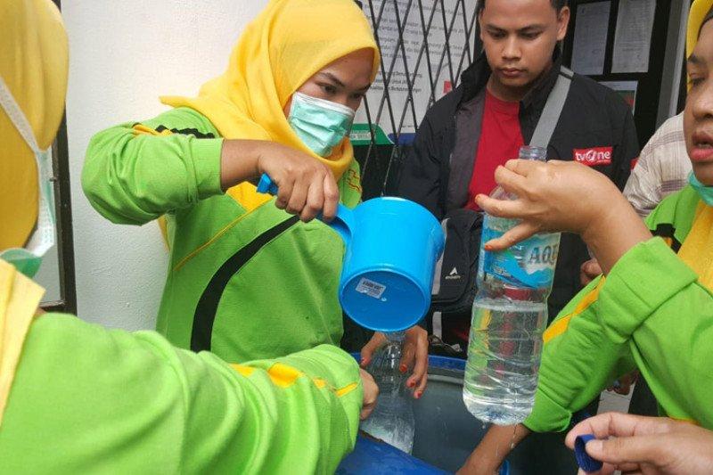 Palembang bagikan 50.000 liter cairan penyanitasi tangan untuk 18 kecamatan