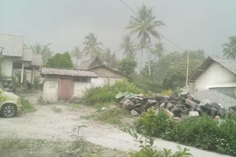 Hujan abu Merapi guyur wilayah Dukun Kabupaten Magelang