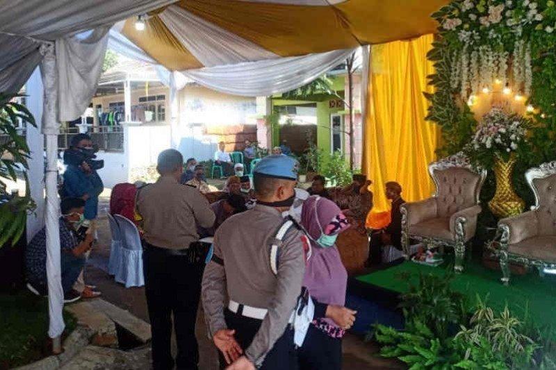 Cegah penyebaran COVID-19, polisi bubarkan acara resepsi pernikahan di Kuningan