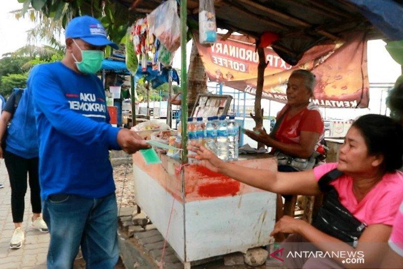 Demokrat NTT bagi-bagi masker dan penyemprotan desinfektan