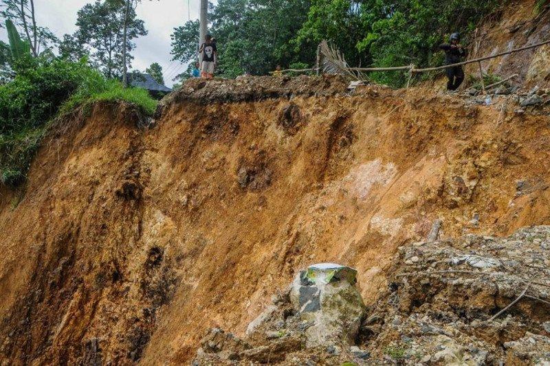 Akibat longsor, jalan Provinsi Banten-Jawa Barat terputus