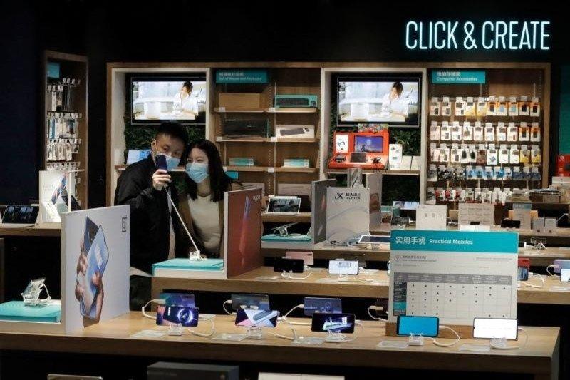 Penjualan ponsel pintar global turun 14 persen pada Februari
