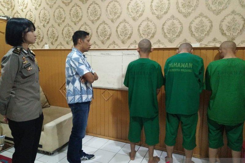 Tiga tersangka ditetapkan dalam kasus prostitusi daring di Padang