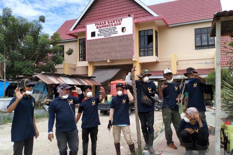 NasDem semprot disinfekfan di huntara penyintas bencana Sigi