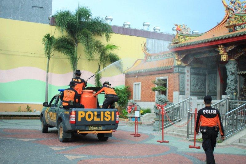 Polda Sumbar semprotkan disinfektan di sejumlah lokasi di Padang