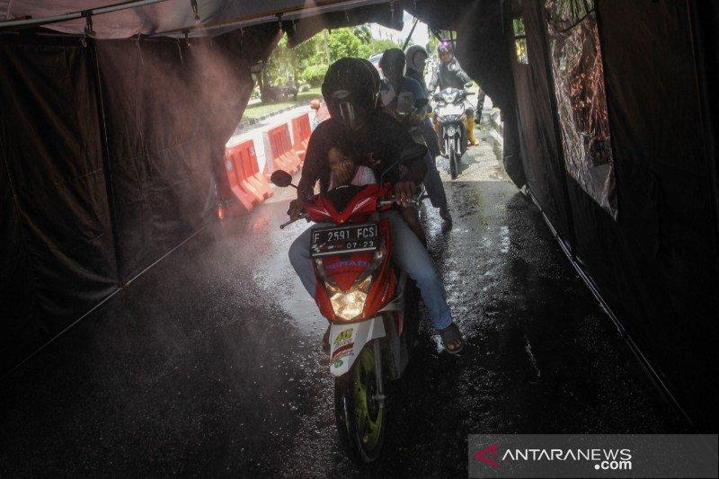 Polda Kalteng sediakan bilik penyemprotan desinfektan bagi pengguna jalan