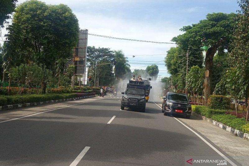 Polres Agam semprot 41 ribu liter cairan disinfektan cegah COVID-19 (Video)