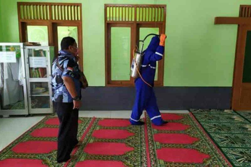 Sejumlah rumah ibadah jadi sasaran penyemprotan disinfektan di Cirebon