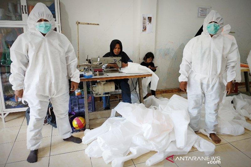 Relawan bantu siapkan APD untuk RSUD Murjani Sampit