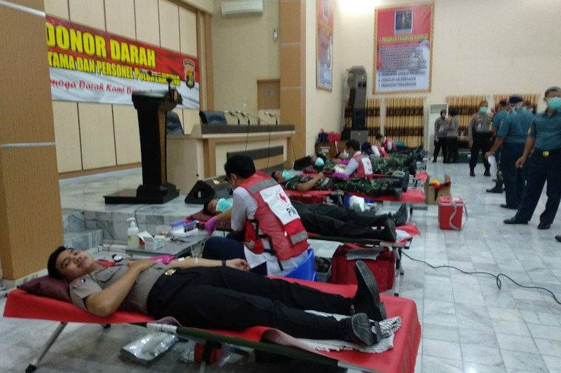 Personel Polri dan TNI donor darah isi stok di PMI