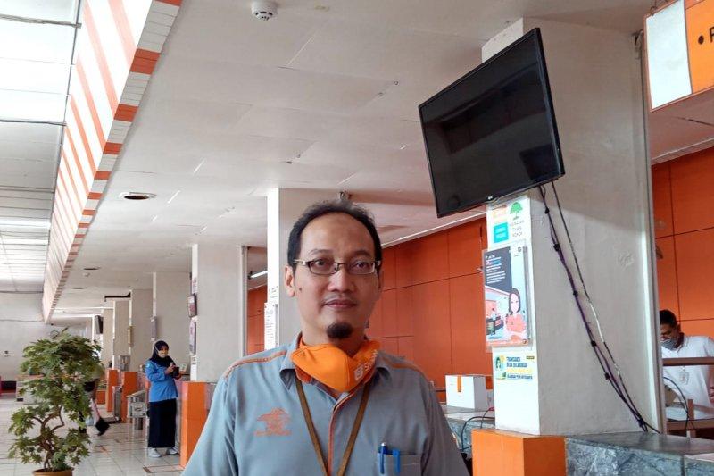 Kantor Pos Padang semprotkan cairan disinfektan cegah penularan COVID-19