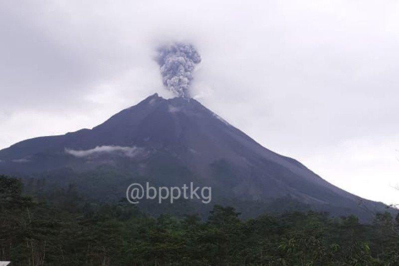 Gunung Merapi erupsi dengan ketinggian kolom 3.000 meter