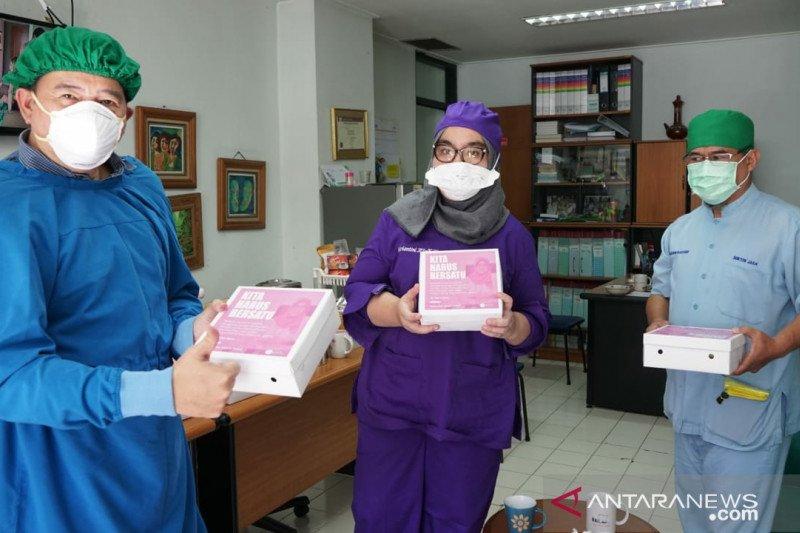 """Satu keluarga di Depok donasikan ribuan nasi kotak bantu medis """"perangi"""" COVID-19"""