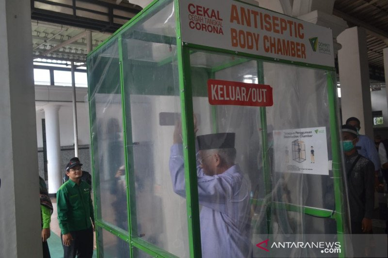 Dompet Dhuafa pasang bilik antiseptik  di Masjid Agung Palembang