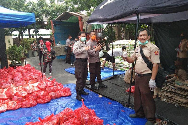 Polda Lampung dan Masyarakat Peduli COVID-19 bagikan sembako bagi warga tidak mampu