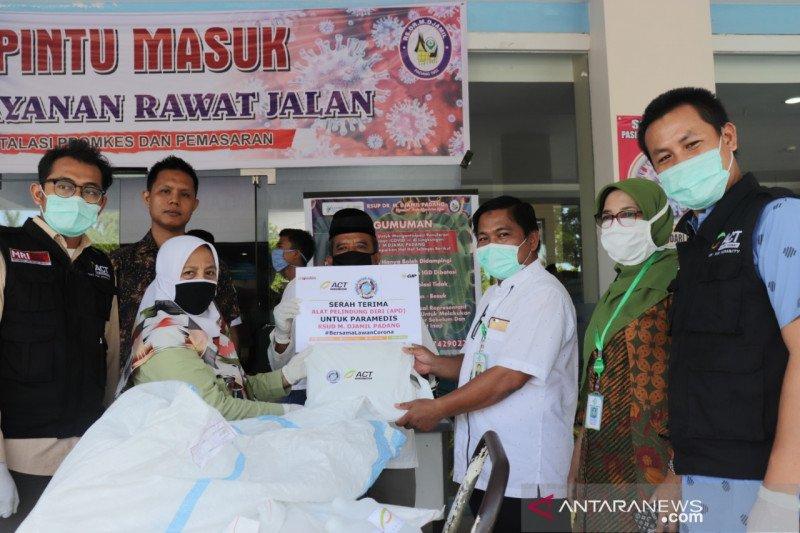 Mitra ACT Padang serahkan 114 APD untuk RSUP M. Djamil