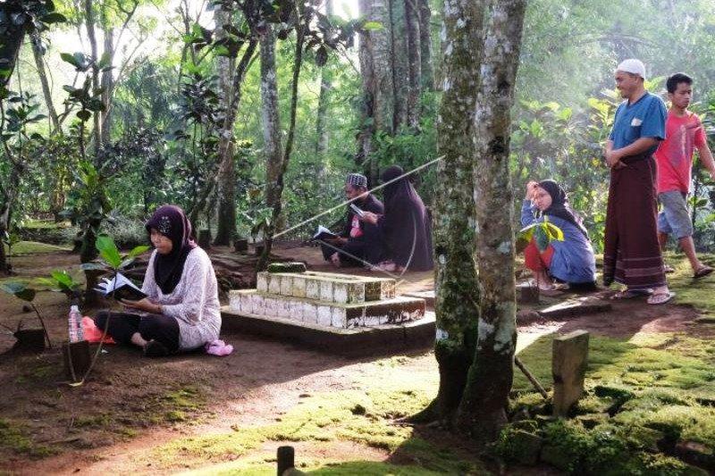 Tradisi Bersih Makam Sambut Ramadhan