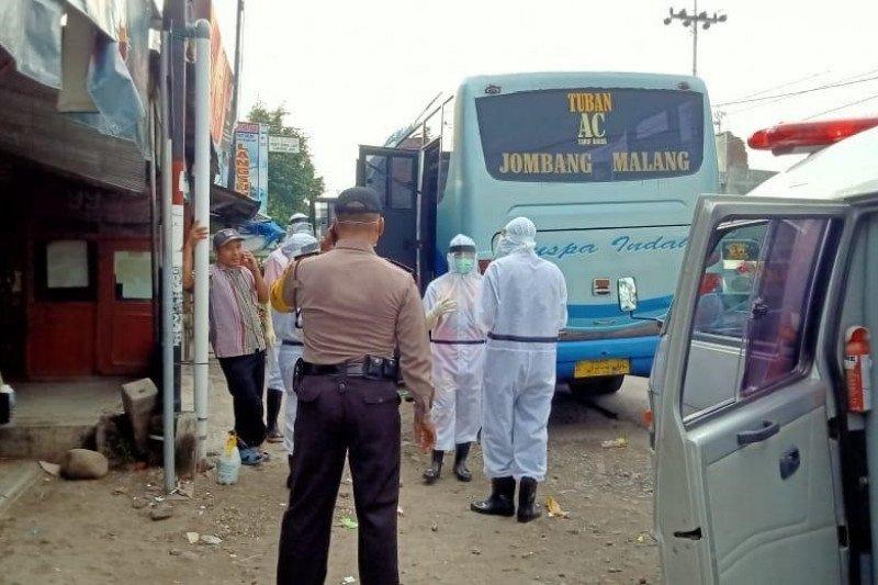 Penumpang bus meninggal, dievakuasi petugas dengan APD lengkap