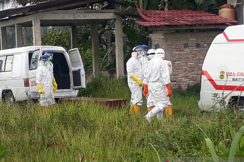 Petugas kuburkan warga Payakumbuh dengan APD lengkap