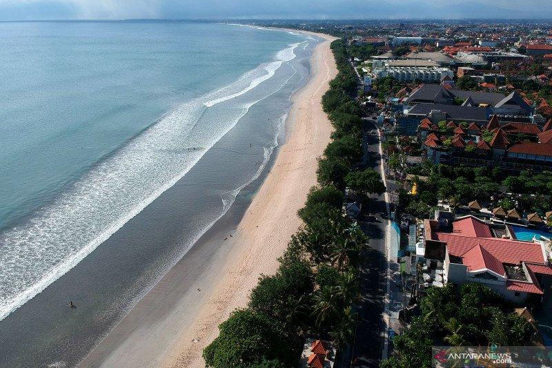 Akses masuk objek wisata Pantai Kuta Bali ditutup pakai portal bambu