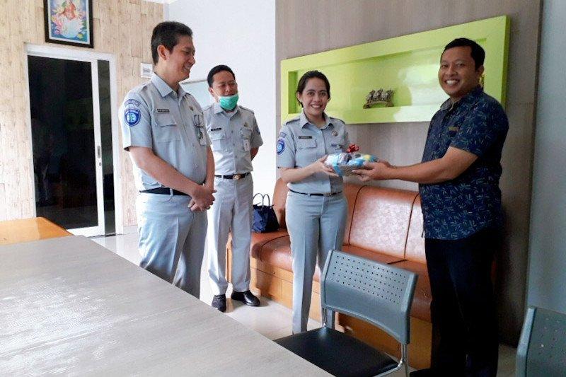 PT Jasa Raharja Lampung serahkan bantuan hand sanitizer ke PO bus