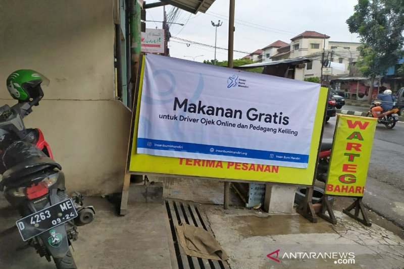 Sebuah warteg di Bandung bagikan makanan gratis untuk ojek daring