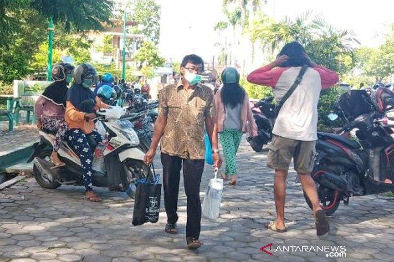 Puluhan warga Palangka Raya berbondong-bondong ambil cairan desinfektan dan antiseptik gratis
