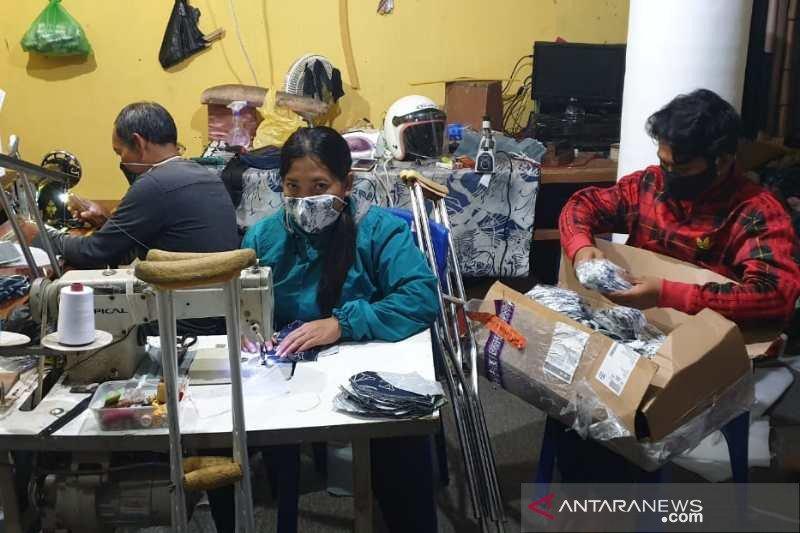 Penyandang disabilitas Wonosobo bagikan masker hasil produksinya ke masyarakat