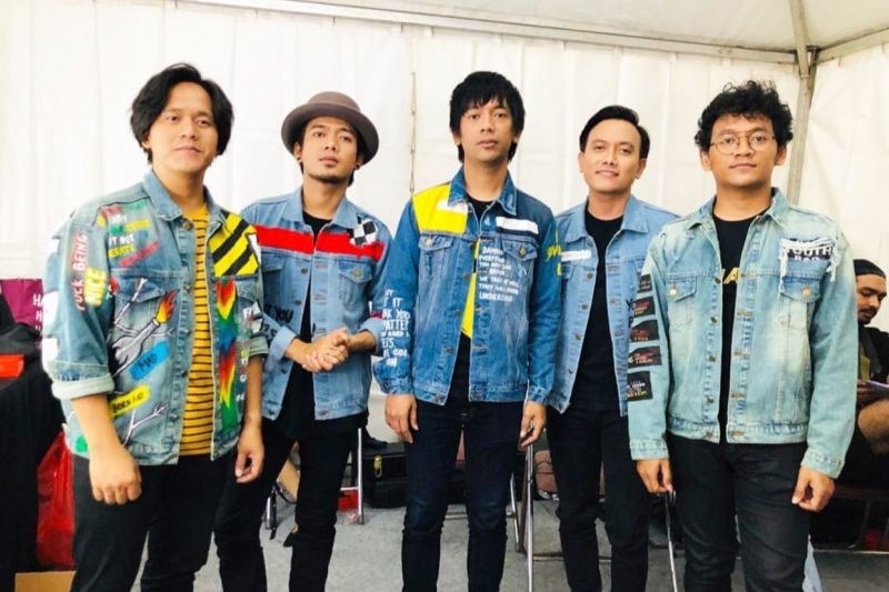 "d'Masiv ""cover"" lagu ""Let's Love"""